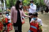 Вице-президент Во Тхи Ань Суан вручает подарки в поддержку Донгтхапа в борьбе с COVID-19