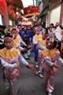 Đội tiểu đồng của các thôn múa hát trong lễ rước lợn.