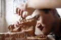 粘土で「田舎においての畑」の作品を作る中学2年生のブイ・テー・タイン(Bui The Thanh)さん