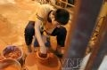 陶器の瓶を作っている小学3年生のフン・ヴァン・ミン(Phung Van Minh)さん