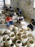 ハノイのザ・ラムのバッチャン村で作品を作っている子供たち