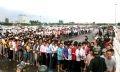 Hàng ngàn người hâm mộ xếp hàng chờ mua vé vào xem trận đấu.