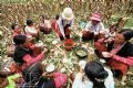 The meal on the terraced-field of the family of Giang A Pao.