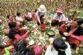 トウモロコシ畑で食事をするザン・ア・パオさんの家族