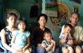 Los suegros de Gai, con más de 70 años de edad, deberían tener derecho a vivir felices con sus 12 hijos y 42 nietos. Sin embargo, la muerte de dos de sus hijos por VIH/SIDA le causan obsesión, día y noche. Ahora, con una vida dura, Gai es afortunada de vivir con el amor y el cuidado de sus suegros.