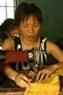 Gai se dedica a la sastrería y costura de ropa para los aldeanos. También toma parte en las actividades del Club Hoa Hai Duong, establecido por la asociación de mujeres de la comuna con participación de mujeres que tienen la misma vida desfavorecida.