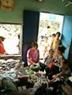 丈 夫 死 后, 她 的 杂 货 铺 曾 一 度 无 人 光 顾 , 现 在 逐 渐 有 了 生 意。 收 入 不 多, 但 也 能 贴 补 母 子 三 人 的 生 活。