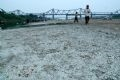 Lòng sông khu vực cầu Long Biên bắt đầu có hiện tượng nứt chân chim.