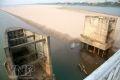 Các trụ cản áp lực dòng nước để bảo vệ trụ cầu Long Biên cũng đã trơ đáy móng.