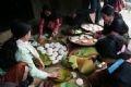 Mujeres del grupo étnico Mong haciendo bolas de masas de arroz.