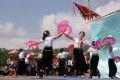 Mujeres del grupo étnico Thai en una danza de abanicos.