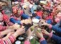 Mujeres del grupo étnico Ha Nhi brindan en el festival Ga Ma Thu.
