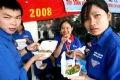 Bữa cơm trưa chớp nhoáng của các sinh viên tình nguyện tại Bến xe Giáp Bát.