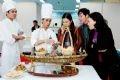 Các đầu bếp giới thiệu với du khách tham quan món gỏi nhum đặc trưng của thành phố Nha Trang-Khánh Hoà.