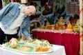 Anh Andre' Bosia, bếp trưởng người Pháp của khách sạn Metropole tham quan các gian hàng trình bày món ăn Việt.