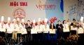 Thứ trưởng Bộ Văn hoá, Thể thao và Du lịch Trần Chiến Thắng trao giải vàng cho các đầu bếp đạt giải.