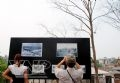 Among cultural events held at the festival, exhibitions on photos and paintings that reproduce the glorious history of the Long Bien Bridge in the war attract much attention from viewers.