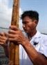 Ngư phủ Nguyễn Văn Hải nắm chắc đốc chèo như nắm chắc dây cương.