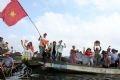 Những cổ động viên cuồng nhiệt ở trên thuyền.