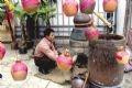 Distillation de l'alcool de riz selon la méthode traditionnelle du village de Da Lâm ( Province de Bac Ninh).