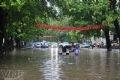 Chỉ một trận mưa lớn, đường phố Hà Nội bỗng chốc biến thành biển nước nên các cô cậu học trò cứ việc giữa đường mà thẳng tiến.