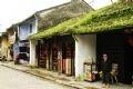 Maison ancienne 75 rue Trân Phu, vieille de plus de 300 ans, dont le toit de tuiles yin et yang se recouvre de mousses en fin d'hiver.số 75 Trần Phú đã hơn 300 năm tuổi, cứ đến cuối đông rêu cỏ phủ đầy mái ngói âm dương.