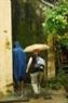 Туристы посещают переулок Нгуен Тхай Хок