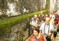 Turistas pasean por un callejón.