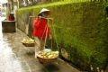 Передвижной продавец мелочей идет по улице Чан Фу