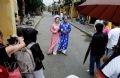 Молодожены позируют для фотографии на древней улице