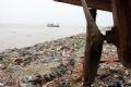 Trong lúc chờ đợi một giải pháp, bờ biển Đa Lộc vẫn ngập tràn trong rác.