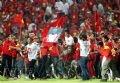 Khán giả vui mừng tràn xuống sân chúc mừng các cầu thủ U23 VN. Ảnh: Quang Nhựt - TTXVN.