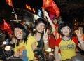 Chỉ có thể tinh thần tự hào dân tộc dâng cao khi cả hai đội tuyển U23 bóng đá nam và nữ Việt Nam đều lọt vào chơi trận chung kết mới khiến các cô gái cổ động viên Tp.Cần Thơ cuồng nhiệt đến thế. Ảnh: Thanh Vũ-TTXVN.