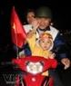 Gia đình anh Nguyễn Quốc Tuấn, ở đường Nguyễn Đức Cảnh, Hải Phòng đã xuống đường ăn mừng chiến thắng 4-1 của đội tuyển U23 Việt Nam trong trận bán kết với Singapore. Ảnh: Vũ Văn Đức - TTXVN.