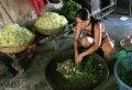 Chế biến món rau sống tại một hàng cơm hến.