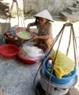 Một gánh cơm hến bán dạo trong xóm nhỏ ở nội đô.