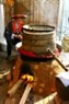 北件省红瑶族人在河内云湖展览会第三届春季对联、献花和饮料节表演博楠传统蒸酒。