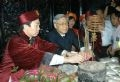 -Le président de l'assemblée nationale Nguyên Phu Trong bruillant des baguettes d'encens à la pagode.