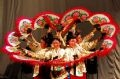 Đoàn ca múa thành phố Hwaseong (Hàn Quốc) biểu diễn các tiết mục nghệ thuật truyền thống, giới thiệu nét văn hóa xứ Hàn cho du khách về dự lễ hội. Ảnh: Nhật Anh