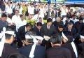 Les dirigeants du Parti et de l'État semant des fleurs sur la tombe de Vo Van Kiêt.