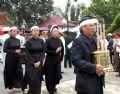 Родственники Во Ван Киета провожают его в последний путь