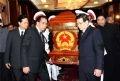 Les dirigeants du Partie et de l'État transportant le cercueil de Vo Van Kiêt au corbillard.