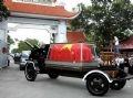 ホーチミン市内の墓地に入る霊柩車