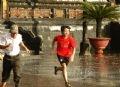 Chạy đi trú mưa.