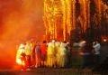 Du khách xem tượng thần Siva trong đêm trăng.