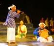 Lão nghệ nhân dân gian Trượng Tốn  biểu diễn kèn Saranai trong đêm.