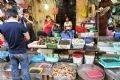 Ngao Tiền Hải rất được thị trường ưa chuộng vì chất lượng ngon. Mỗi cân ngao bán tại đầm có giá từ 12 – 17 nghìn đồng/kg. Trong ảnh: Ngao Tiền Hải được bày bán nhiều ở Chợ Hôm (Hà Nội).