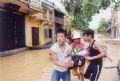 Chuyển người bệnh trong vùng ngập lụt đi cấp cứu tại thành phố Hội An.