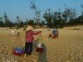 Dân chài Bình Minh gánh mực đi phiên chợ sớm.