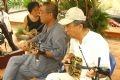 「サンケン」の伝統琴を演奏中の日本人の芸能家